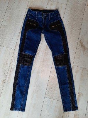 Jeans mit Lederapplikationen