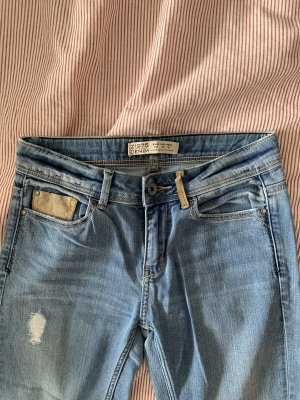 Jeans mit Lederdetails von Zara