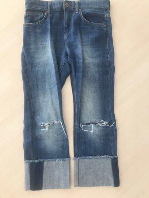 Jeans mit Löchern an Knien