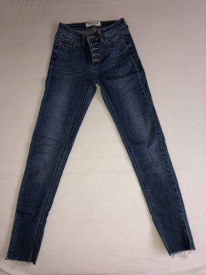 Jeans mit mehreren Knöpfen