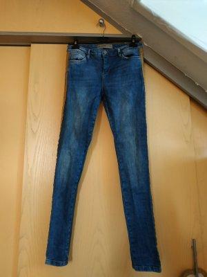 Jeans mit orangefarbenen Streifen