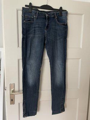Jeans mit Reißverschluss am Knöchel