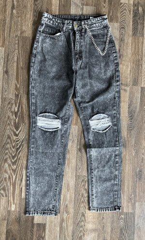 Jeans mit Rissen und Kette
