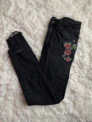 Jeans mit Rosenstickerei