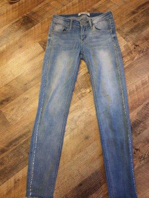Jeans mit Steinchen an der Seite