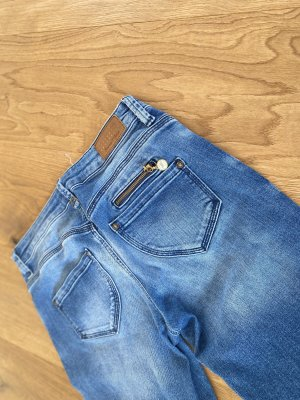 Jeans mit Waschung und kleinen Details