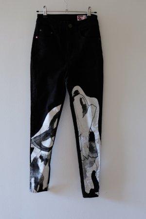 Jeans mit weißem Druck (heulender Wolf)