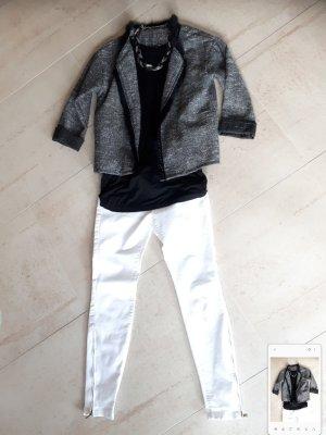 Jeans, Shirt, Blazer und Kette
