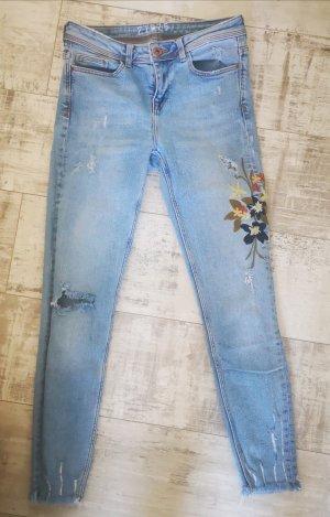 Jeans von Zara mit Strickerei Gr.34 hellblau