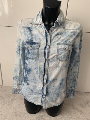 Jeanshemd mit Batik Muster