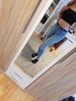Jeanshose mit Löchern