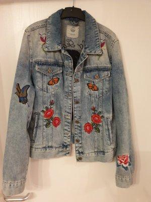 Jeansjacke mit bunten Stickereien
