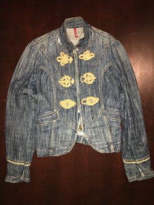 Jeansjacke mit goldenen Verzierungen - Ein absoluter Hingucker