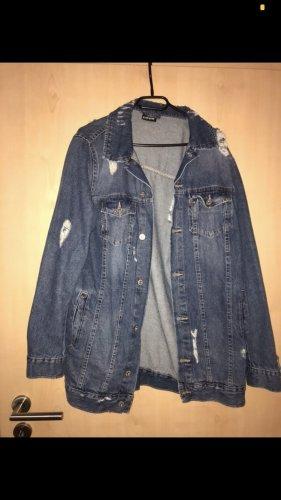 Jeansjacke mit Löchern