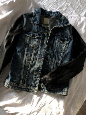 Jeansjacke mit schwarzen Ärmeln