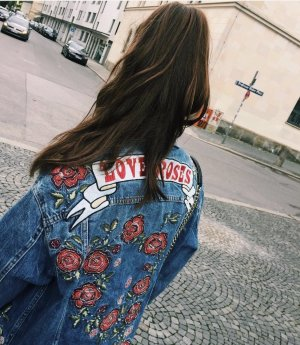 Jeansjacke oversized mit Patches (Rosen etc.) von Zara