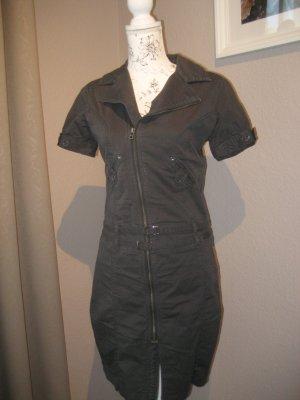 Jeanskleid im Bikerlook