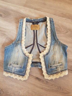 Jeansweste mit Häkelspitze