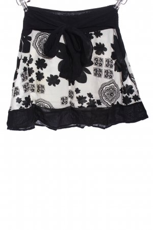 Jennifer Taylor Falda estilo Crash negro-blanco Mezcla de patrones look casual