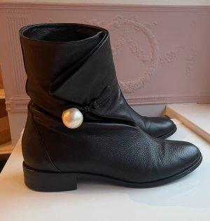 Jimmy Choo Stiefeletten aus schwarzem Leder mit Perle