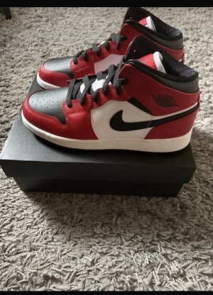 Jordans 1 mid Chicago black toe