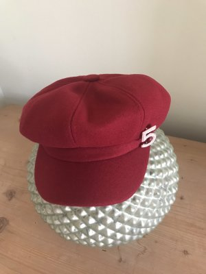 Kappe/ Hut mit Brosche