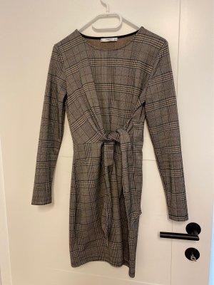 Kariertes, enganliegendes Kleid mit Schleife von MANGO