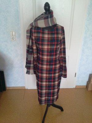 Kariertes Kleid mit passendem Schal