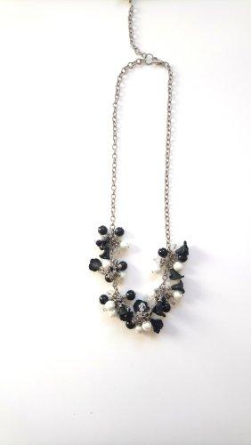 Kette mit Perlen und Blumen