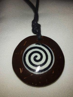 Kette mit rundem Holzanhänger Spirale