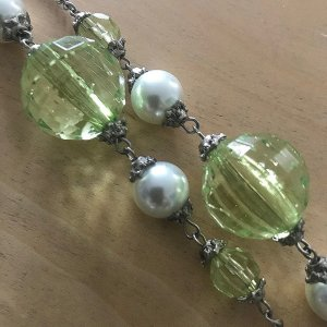 Collana grigio chiaro-verde pallido