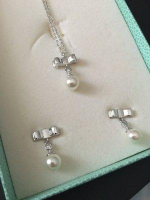 Kette und Ohrringe mit Perlen