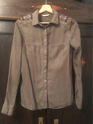 Khakifarbene Bluse mit schönen Details auf der Schulter
