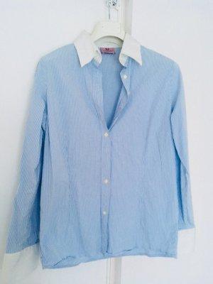 Klassische Bluse in Pastellfarbe Blau, italienisches Brand, Kragen und Manschetten sind weiß, Größe 42