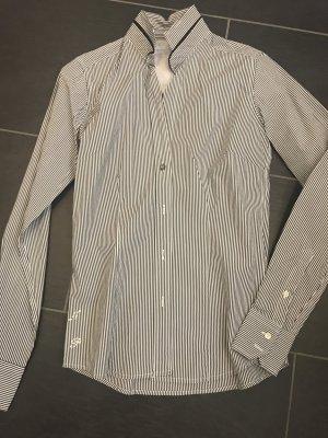 Blusa de cuello alto blanco-negro