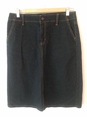 Klassischer knielanger Jeansrock, durch die dunkle Farbe auch zu formelleren Anlässen tragbar