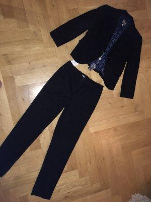 Klassischer schwarzer Armani-Anzug