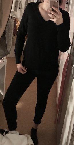 Klassischer schwarzer Pullover