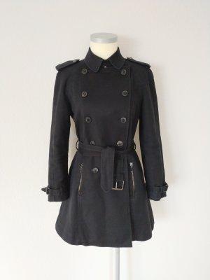 Klassischer schwarzer Trenchcoat mit Gürtel
