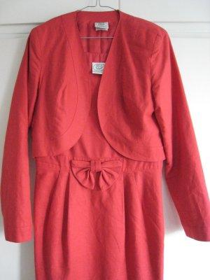 Klassisches rotes Kostümkleid mit Blazer