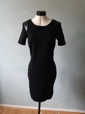 Klassisches schwarzes Kleid mit Lederdetail