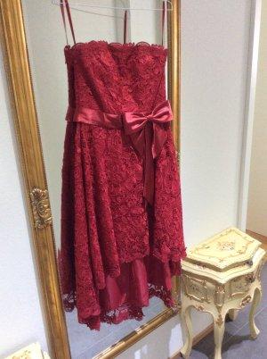 Kleid aus Spitze in Weinrot