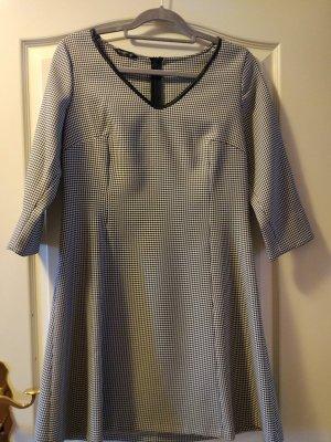 Kleid im Hahnentrittmuster