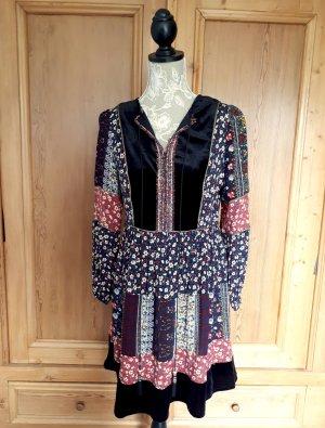 Kleid im Patchworkstil mit Blumenmuster und Samteinsätzen