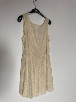 Kleid in cremeweiß mit Spitzenmuster