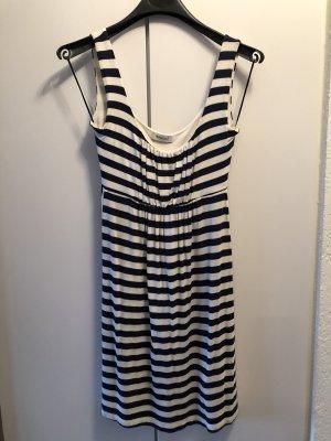 Kleid in maritimen Stil
