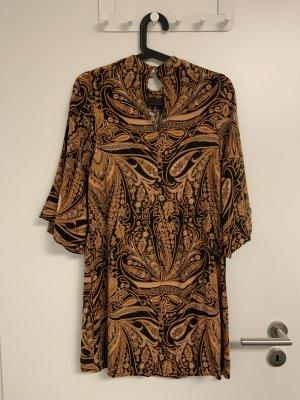Kleid in Paislaymuster
