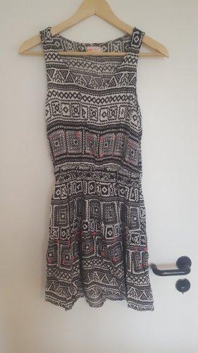 Kleid in schwarz-weiß Muster mit pinken Akzenten