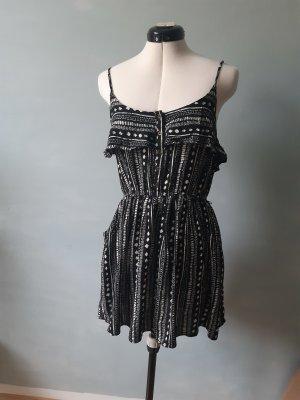 Kleid in schwarzweißem Muster
