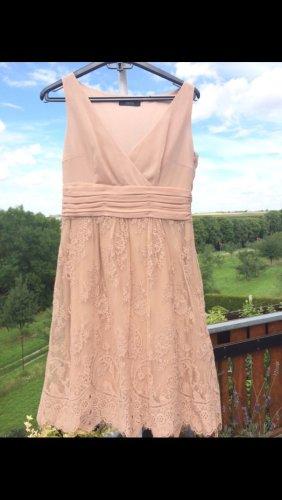 Kleid in zeitlosem Nude